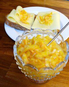 Klementinmarmelade i glass, og på brødskiver med gullost